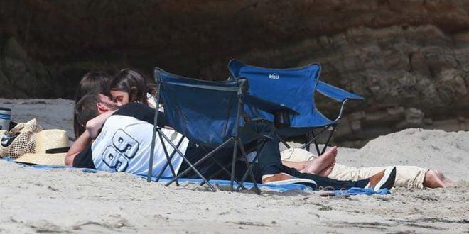 Бен Афлек на плажа со 15 години помладата девојка (ФОТО)