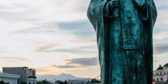 Режисерот Мајкл Мур ја промовира С. Македонија како туристичка дестинација: Не заборавајте да го посетите Скопје