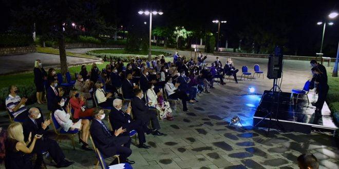 Претседателот Пендаровски со сопругата домаќини на камерен концерт на млади музичари