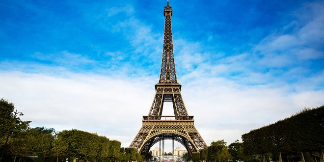 Паника во Париз: Дојава за бомба на Ајфеловата кула