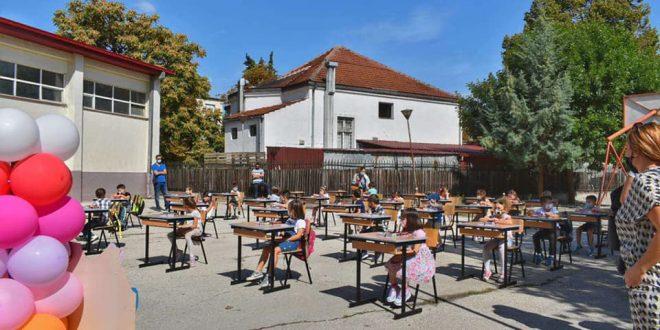 """Прв училишен ден под ведро небо: Првачињата од """"Коле Неделковски"""" седнаа во клупите (ФОТО)"""