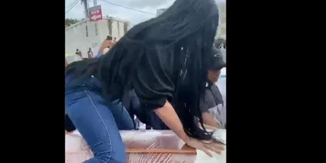 Погреб каков што светот нема видено претходно: Секси танц на ковчег (видео)