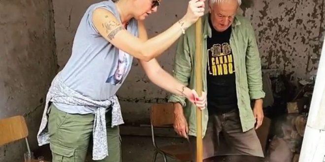 Тијана Дапчевиќ прави ајвар со татко и во Драчево (ВИДЕО)